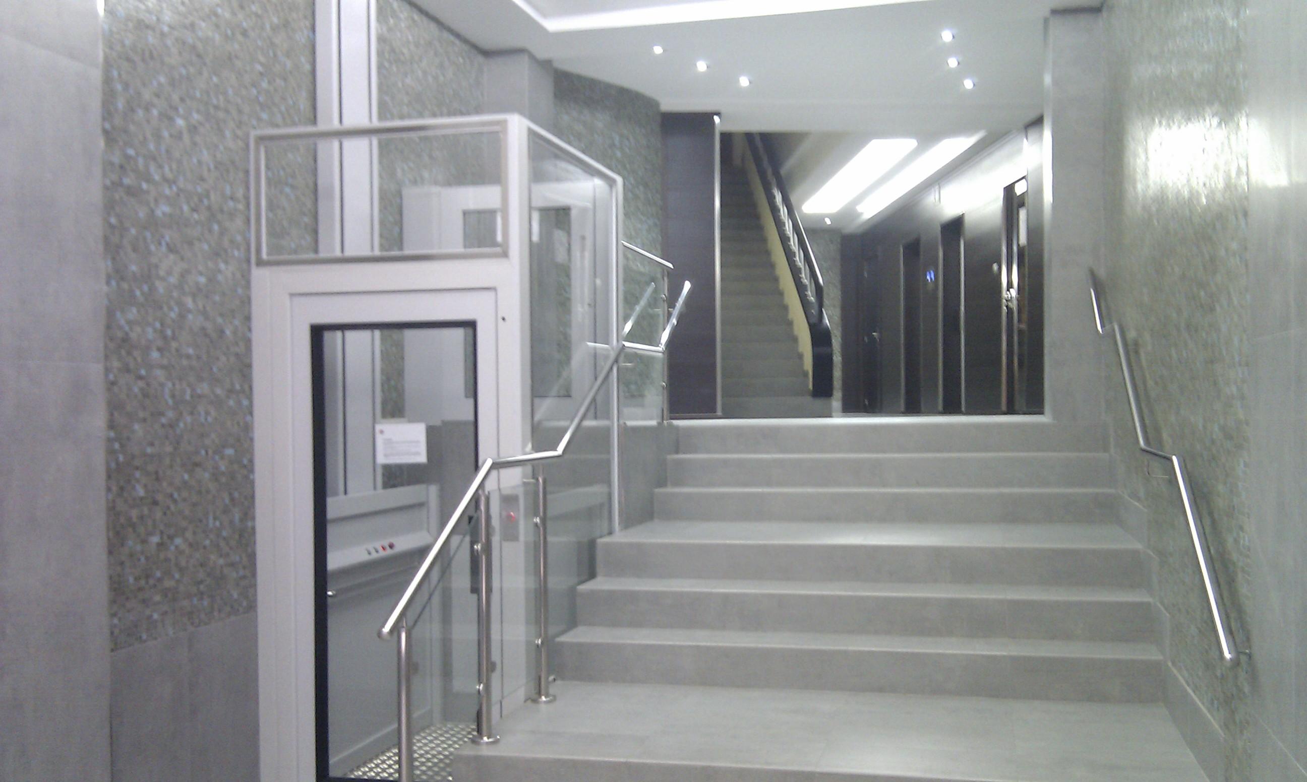 Revestimiento microcemento gris porcelanico reforma en for Apliques para escaleras de comunidad