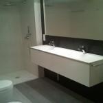 Reforma de baño, muebles suspendidos de diseño en Zaragoza