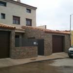 Fachada piedra de galicia y cuarcita en municipio en provincia de Zaragoza, colocacion de ventanas en aluminio  teka imitacion madera doble rotura puente termico.