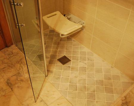 Asiento ergonomico blanco para ducha sujeccion pared y - Materiales para banos modernos ...