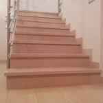 Escalera de peldaño top en emotile imitacion madera porcelanica.