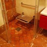 Baño reformado con marmol envejecido antideslizantebase 10 cm x 10 cm