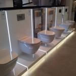 Exposicion de sanitarios, inodoros, loza, lavabos. platos de ducha, bañeras, bides, urinarios, calderas, biomasa en Zaragoza.