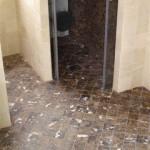 Ducha y fondo de ducha reformado por reformas valero redondo en marmol 10x10 marron imperial