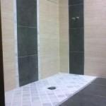 platospacio en marmol 10x10 blanco macael y composicion de alicatado en dos colores con cenefas verticales.